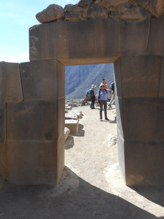 peru-ollantaytambo-stone-work-showing-the-traditional-large-cut-stone-blocks-fit-seamlessly-together-exactly-like-at-sacsayhuaman-machu-picchu-and-other-inca-sites-10-14-14-a