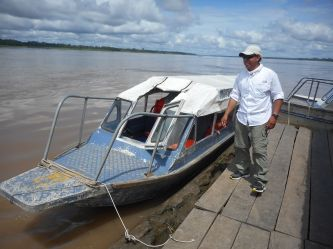 peru-edson-our-guide-with-our-boat-at-the-rest-break-stop-on-the-way-to-muyuna